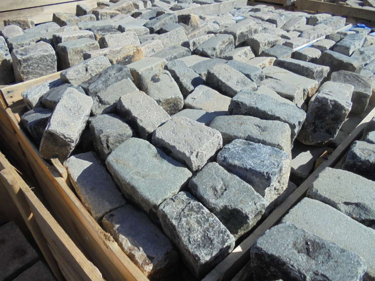 RECLAIMED GRANITE COBBLES